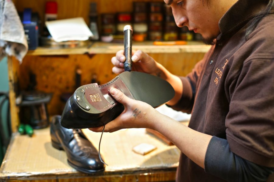 Починка обуви в мастерской