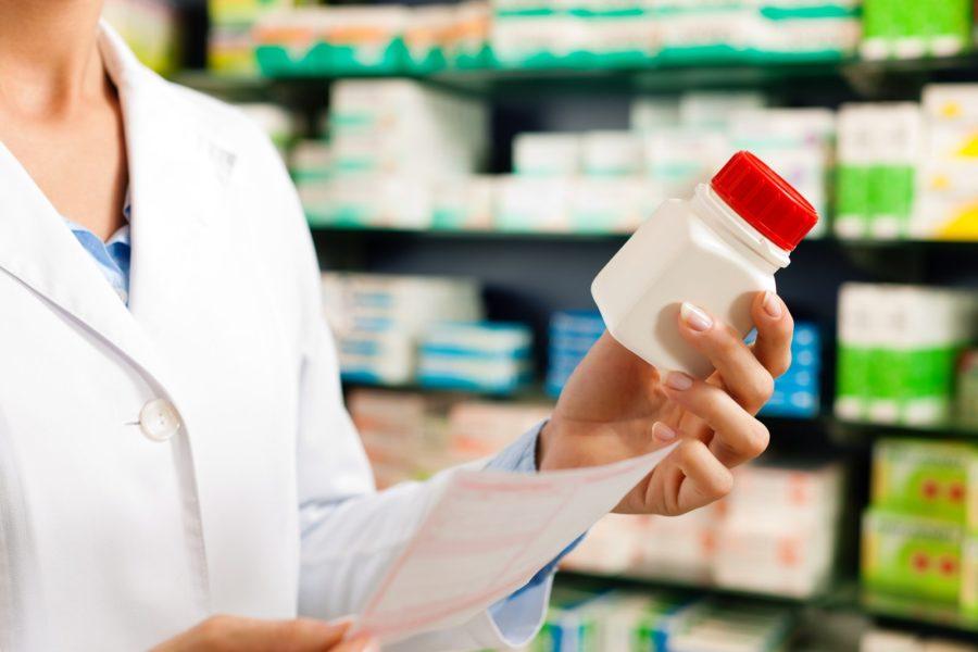 Покупать лекарства в аптеке