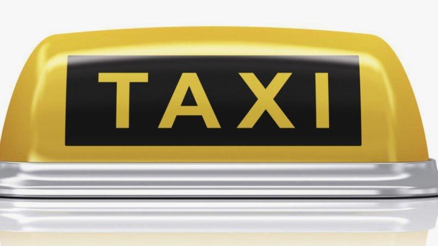 Эмблема такси на автомобиле
