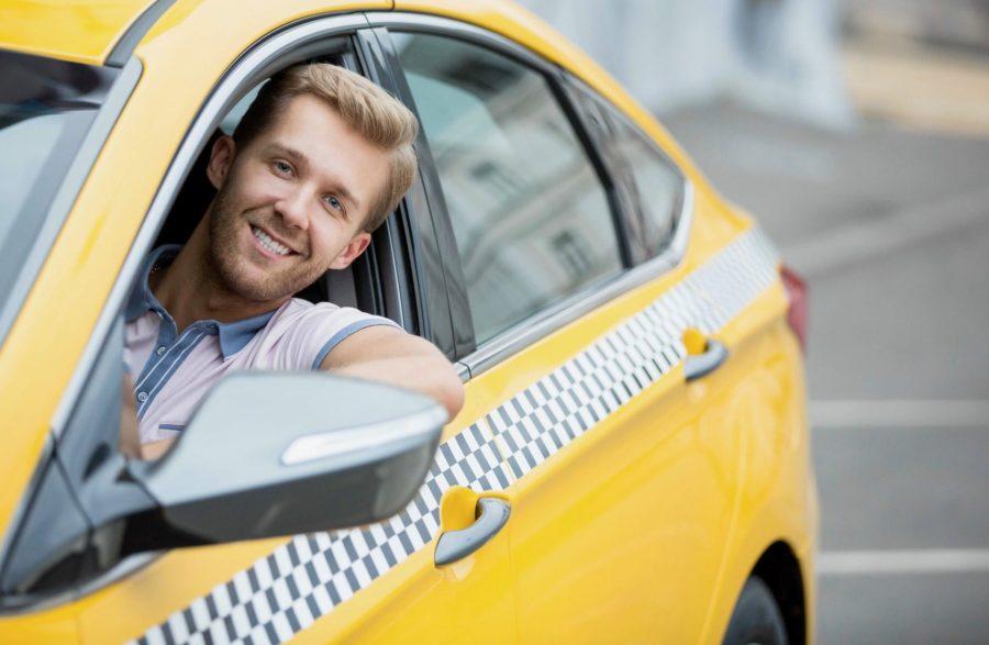 Водитель в автомобиле таксопарка